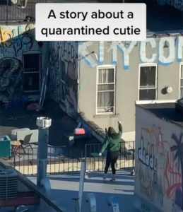 Un chico ve a una chica bailando en un tejado y le envía dron con su número 1