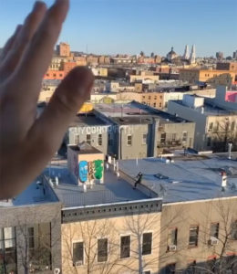 Un chico ve a una chica bailando en un tejado y le envía dron con su número 4