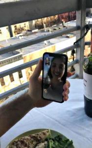 Un chico ve a una chica bailando en un tejado y le envía dron con su número 9