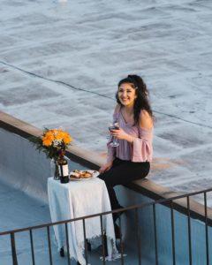 Un chico ve a una chica bailando en un tejado y le envía dron con su número 10